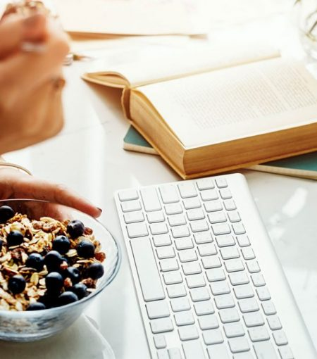 5 Quick & Healthy Breakfast Options You Can Eat At Your Desk