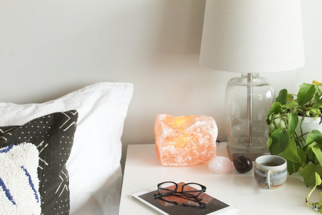 Why You Need To Keep A Himalayan Salt Lamp On Your Bedside Table